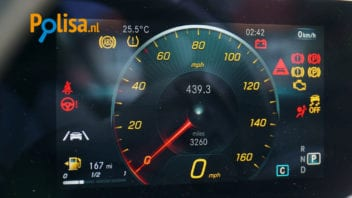 Mit jelentenek az autó műszerfalán található jelzések?